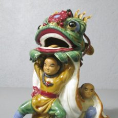 Antigüedades: BONITA FIGURA CHINA - BAILE DEL DRAGÓN - TERRACOTA - SELLO EN LA BASE. Lote 212325550