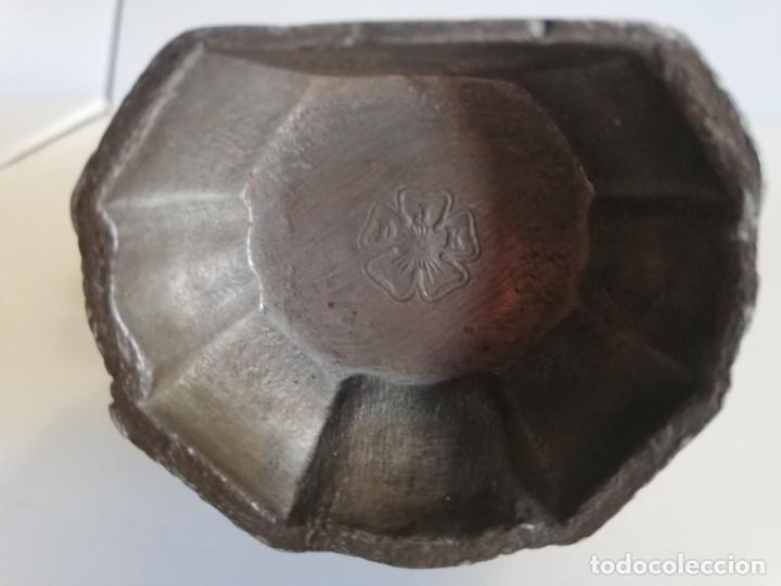 Antigüedades: BENDITERA DE ESTAÑO CON MEDALLÓN CENTRAL S. XVIII - Foto 3 - 212329505