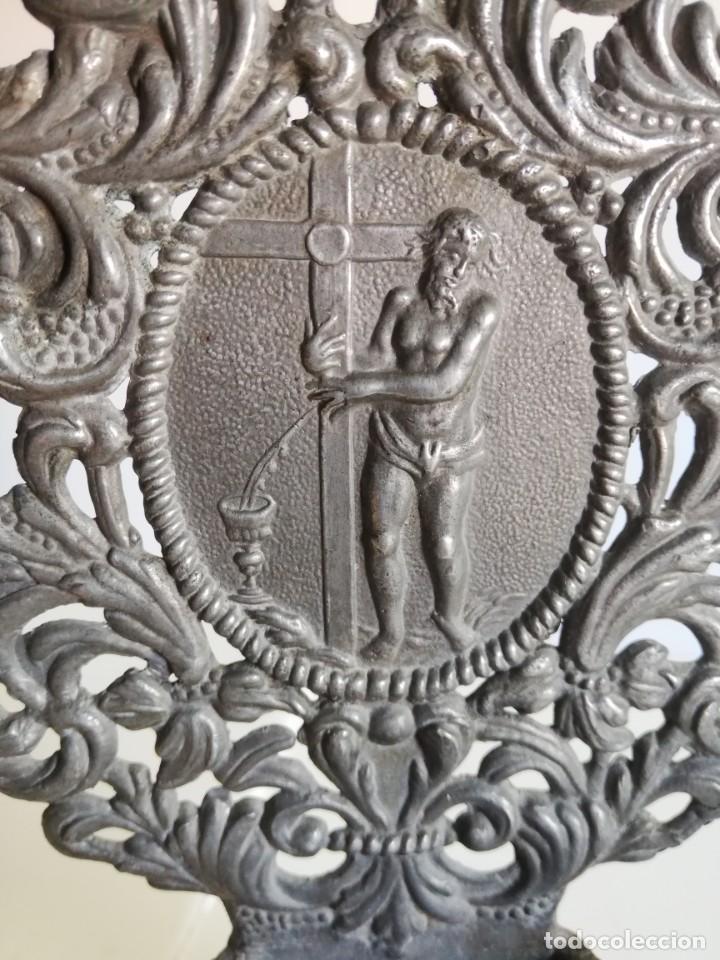Antigüedades: BENDITERA DE ESTAÑO CON MEDALLÓN CENTRAL S. XVIII - Foto 7 - 212329505