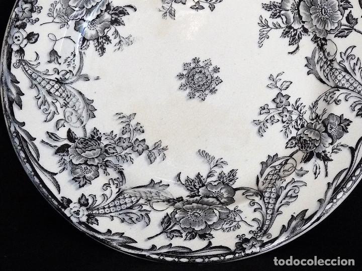 Antigüedades: Plato de ceramica de cartagena estampado con ¨Rosas entre roleos vegetales¨. - Foto 2 - 212342025