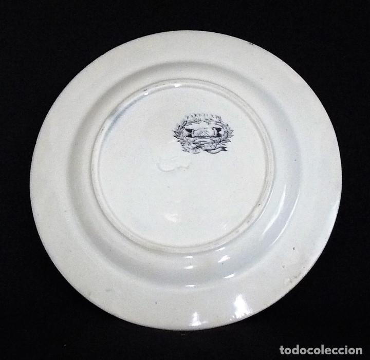 Antigüedades: Plato de ceramica de cartagena estampado con ¨Rosas entre roleos vegetales¨. - Foto 4 - 212342025