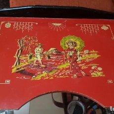 Antigüedades: BANDEJA DESAYUNO - CON PATAS - CAMA - MADERA LACADA - ESCENA JAPONESA - MESA DE TÉ - AÑOS 60. Lote 212360356