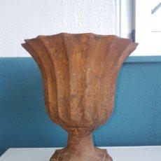 Antigüedades: MACETERO ANTIGUO DE HIERRO FUNDIDO. Lote 212503607