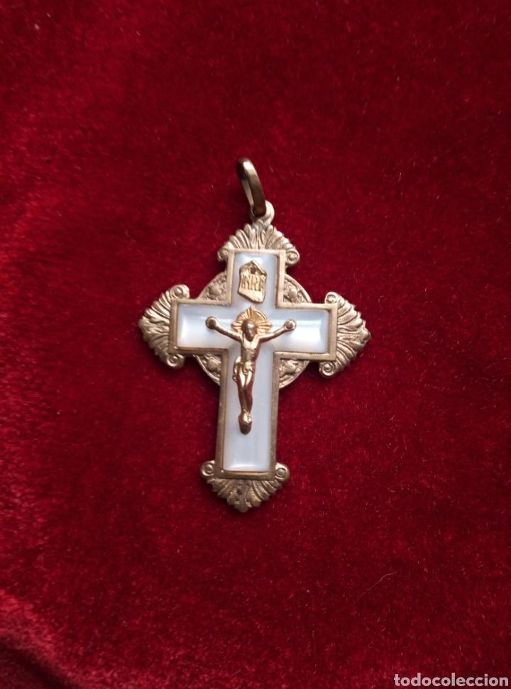 Antigüedades: Dos antiguas cruces de primera comunión. Latón y nácar. - Foto 3 - 212525207