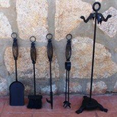 Antigüedades: JUEGO DE CHIMENEA EN HIERRO CON , ATIZADOR , CEPILLO , PINZAS Y PALETA ,FUE365. Lote 212537592