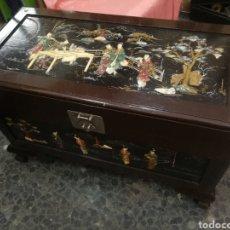 Antigüedades: BAUL DE MACAO. MADRE PERLA MARFIL O HUESO. INTERIOR. MADERA OLOROSA DE ALCAFOR. 88X43X57 CM. Lote 212603806