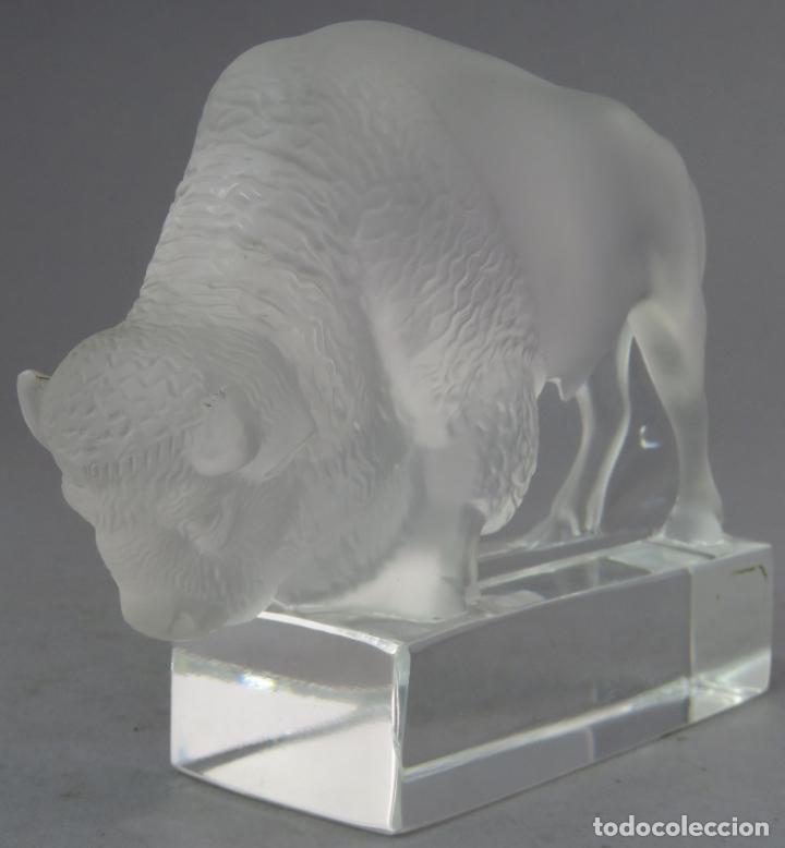 Antigüedades: Bisonte en vidrio prensado cristal glace tallado Lalique Francia siglo XX - Foto 2 - 212604586