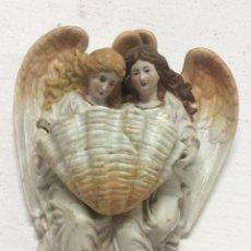 Antigüedades: ANTIGUA BENDITERA ANGELES CON CONCHA - S XIX EN PORCELANA BISCUIT. Lote 212491665