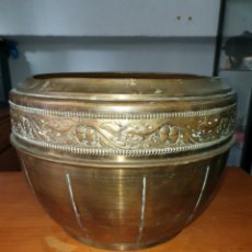 Antigüedades: CALDERA EN LATON TALLADA. Lote 212638318