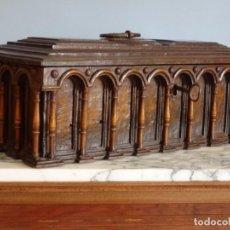 Antiquités: ARQUETA ESPAÑOLA DEL SIGLO XVII EN MADERA TALLADA.. Lote 74345235