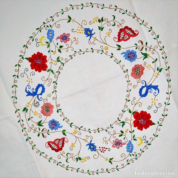 MANTELERIA DE 8 SERVICIOS. LINO BORDADO A MANO. ESPAÑA. CIRCA 1960 (Antigüedades - Hogar y Decoración - Manteles Antiguos)