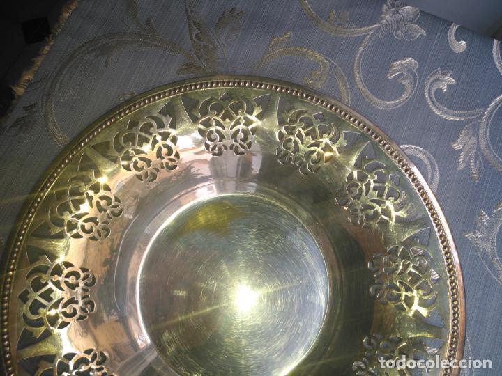 Antigüedades: PRECIOSA BANDEJA CENTRO DE MESA IDEAL CAPILLA VIRGEN METAL CALADA 27 CM - Foto 4 - 212798540