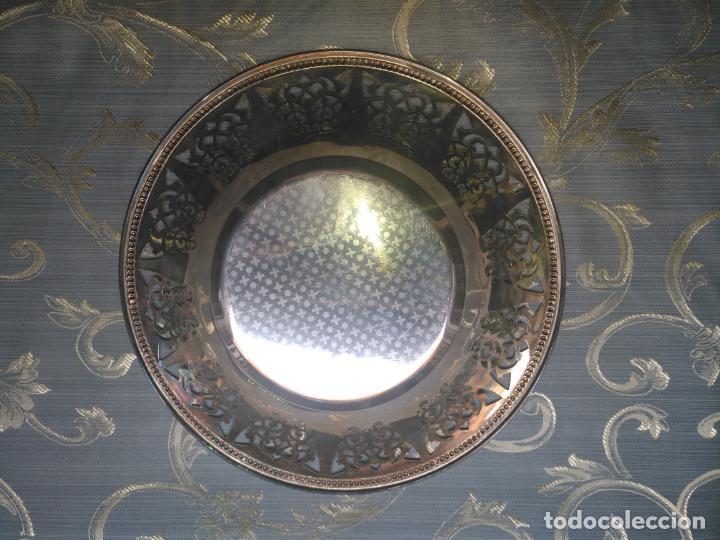 Antigüedades: PRECIOSA BANDEJA CENTRO DE MESA IDEAL CAPILLA VIRGEN METAL CALADA 27 CM - Foto 5 - 212798540