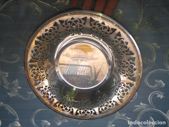 Antigüedades: PRECIOSA BANDEJA CENTRO DE MESA IDEAL CAPILLA VIRGEN METAL CALADA 27 CM - Foto 7 - 212798540