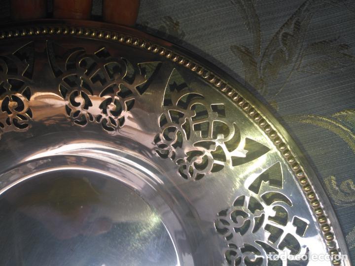 Antigüedades: PRECIOSA BANDEJA CENTRO DE MESA IDEAL CAPILLA VIRGEN METAL CALADA 27 CM - Foto 8 - 212798540