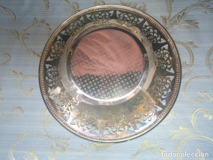 Antigüedades: PRECIOSA BANDEJA CENTRO DE MESA IDEAL CAPILLA VIRGEN METAL CALADA 27 CM - Foto 10 - 212798540