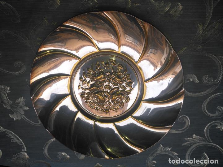 Antigüedades: PRECIOSA BANDEJA CENTRO DE MESA IDEAL CAPILLA VIRGEN METAL RELIEVE FLORES FLORAL 26,5 CM - Foto 3 - 212798653