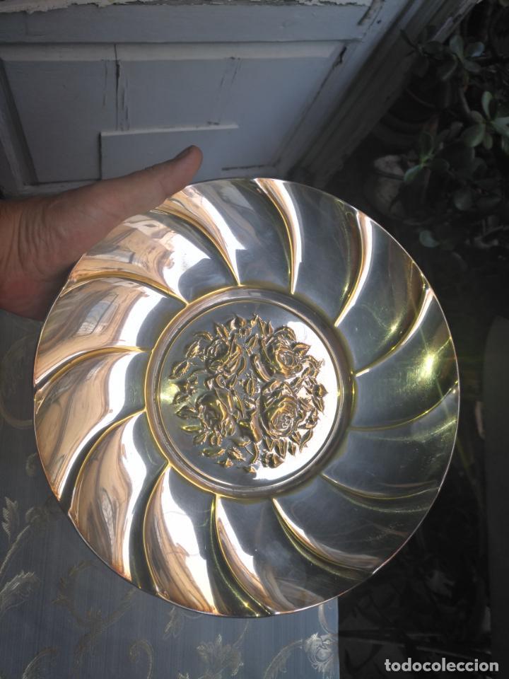 Antigüedades: PRECIOSA BANDEJA CENTRO DE MESA IDEAL CAPILLA VIRGEN METAL RELIEVE FLORES FLORAL 26,5 CM - Foto 4 - 212798653