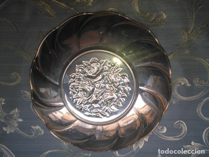 Antigüedades: PRECIOSA BANDEJA CENTRO DE MESA IDEAL CAPILLA VIRGEN METAL RELIEVE FLORES FLORAL 26,5 CM - Foto 7 - 212798653