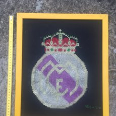 Antigüedades: TAPETE ÚNICO - TEJIDO A MANO - ESCUDO REAL MADRID - ENMARCADO - 40X35CM - ÚNICO. Lote 212873143