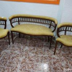 Antiquités: CONJUNTO BANQUETA CON DOS SILLAS DE MADERA. Lote 212890290