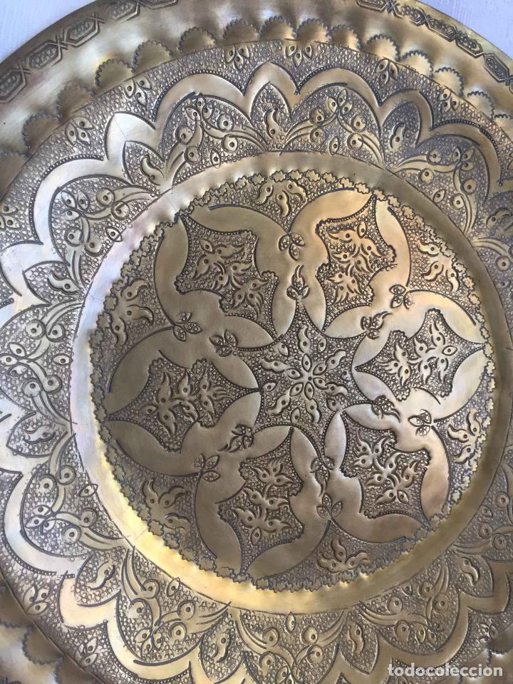 Antigüedades: PLATO BANDEJA (ÁRABE, Marruecos, 1950's) Latón. Decoración. Artesanal. Original ¡Coleccionista! - Foto 3 - 212948073