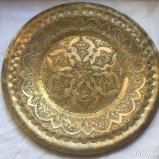 Antigüedades: PLATO BANDEJA (ÁRABE, MARRUECOS, 1950'S) LATÓN. DECORACIÓN. ARTESANAL. ORIGINAL ¡COLECCIONISTA!. Lote 212948073
