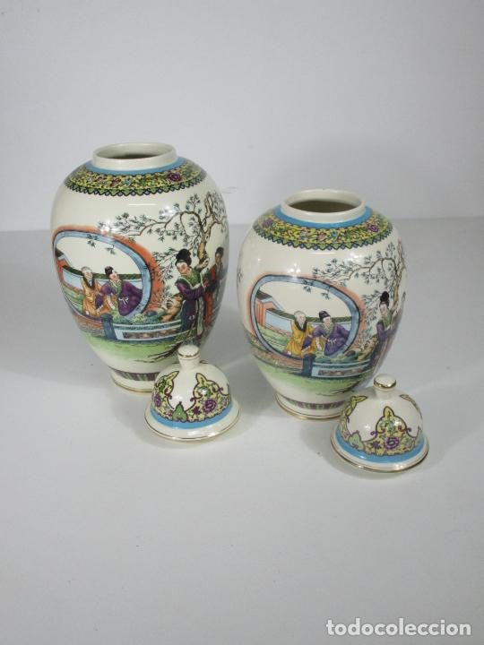 Antigüedades: Pareja de Jarrones Tibor - Porcelana con Motivos Orientales - Sello en la Base - Foto 2 - 212951365