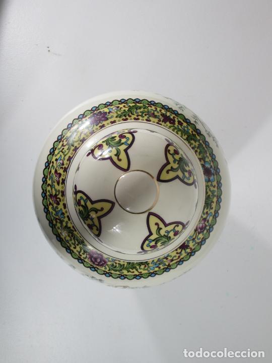 Antigüedades: Pareja de Jarrones Tibor - Porcelana con Motivos Orientales - Sello en la Base - Foto 9 - 212951365