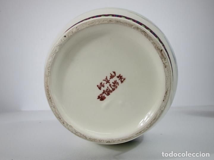 Antigüedades: Pareja de Jarrones Tibor - Porcelana con Motivos Orientales - Sello en la Base - Foto 10 - 212951365