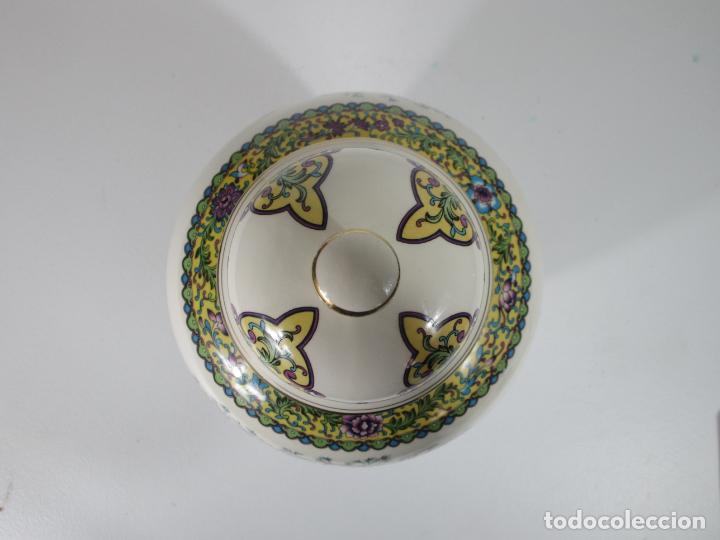 Antigüedades: Pareja de Jarrones Tibor - Porcelana con Motivos Orientales - Sello en la Base - Foto 19 - 212951365