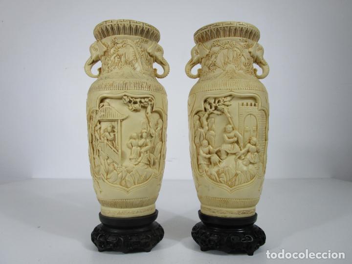 PAREJA DE JARRONES - MARFILINA - FINA TALLA ORIENTAL - CON SELLO - ALTURA 30 CM (Antigüedades - Hogar y Decoración - Jarrones Antiguos)