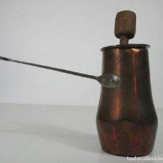 Antigüedades: ANTIGUA CHOCOLATERA - COBRE - ASA EN HIERRO FORJADO - ALTURA 18 CM. Lote 212954726