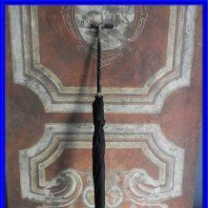 Antigüedades: PARAGUAS ANTIGUO CON MANGO DE PLATA EN BUEN ESTADO DE USO. Lote 212990872