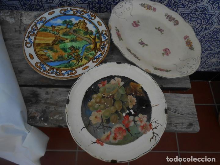 LOTE DE DOS PLATOS Y UNA FUENTE ANTIGUOS (Antigüedades - Porcelanas y Cerámicas - La Cartuja Pickman)