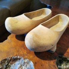 Antigüedades: GENUINOS ZUECOS ASTURIANOS DE MADERA Y TACOS DE GOMA. Lote 212997261