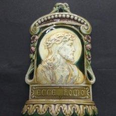 Antigüedades: ANTIGUA PILA BENDITERA MODERNISTA CERAMICA VIDRIADA ECCE HOMO 24 CM NUMERADA RARA. Lote 212998660