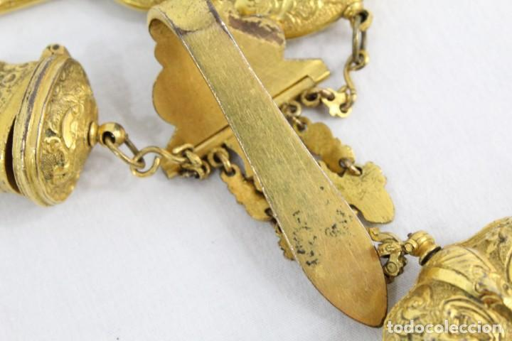 Antigüedades: Espectacular chatelaine de principios del s XIX, época Imperio, enseres de costura. Ormulú, marfil. - Foto 15 - 213051027