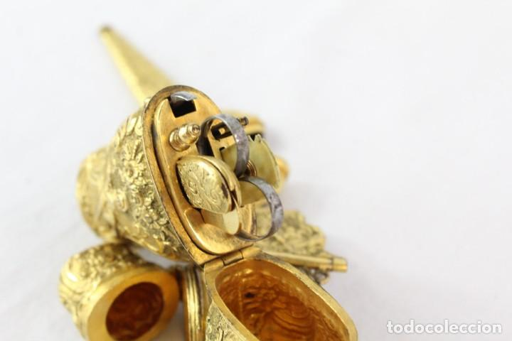 Antigüedades: Espectacular chatelaine de principios del s XIX, época Imperio, enseres de costura. Ormulú, marfil. - Foto 18 - 213051027