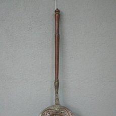 Antigüedades: ANTIGUO CALENTADOR - CALIENTA CAMAS DE COBRE - CINCELADO Y REPUJADO - MANGO DE MADERA - S. XIX. Lote 213126211