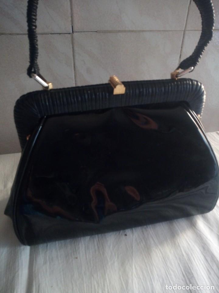 Antigüedades: Antiguo bolso de charol con forro rojo de pvc ideal películas.años 50/60 - Foto 2 - 213198092