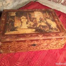 Antigüedades: ANTIGUA CAJA / COSTURERO DE MADERA CON DIBUJO / LÁMINA DE ESCENA DE JESÚS EN TAPA DE LOS AÑOS 30-40. Lote 213200975