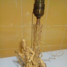 Antigüedades: PRECIOSA ANTIGUA LAMPARA DE RESINA IMITACION DE MARFIL CON BASE DE MARMOL. Lote 213277173