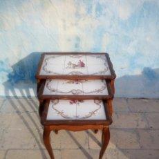 Antigüedades: JUEGO DE MESAS NIDO MADERA DE ROBLE CON AZULEJOS EN LA BASE ,EDMUND.. Lote 213281265
