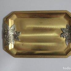 Antigüedades: BONITA BANDEJA DORADA Y PLATEADA. Lote 233579705