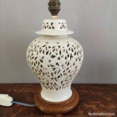 Antigüedades: ANTIGUO TIBOR DE PORCELANA BLANC DE CHINE PERFORADA A MANO DISEÑO DE CEREZO EN FLOR ECHO LAMPARA. Lote 213309943