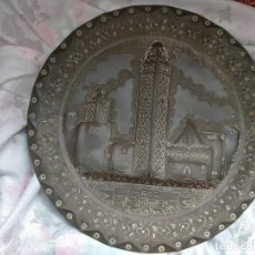 Antigüedades: ANTIGUO PLATO METAL O BRONCE LABRADO SINCELADO 35 CM. Lote 213324058