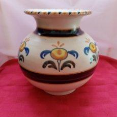 Antigüedades: HERMOSO JARRÓN, FLORERO DE TALAVERA DECORADO. 18CM APROXIMADAMENTE.. Lote 213357321