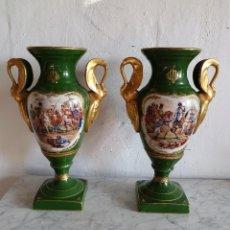Antigüedades: PAREJA DE JARRONES EN PORCELANA FRANCESA. Lote 213376116