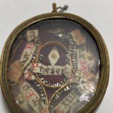 Antiquités: ANTIGUO RELICARIO CON 5 RELIQUIAS IDENTIFICADAS, CON MONTURA DE BRONCE. PPS. S.XIX. Lote 213382230
